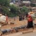 Frauen tragen Säcke DR Kongo