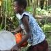 Frau mit Tellern