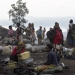 Frauen verkaufen Holzkohle am Stadtrand Bukavus